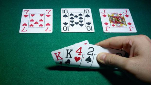 Omaha Poker vs Texas Hold'em Poker: Key Game and Strategy