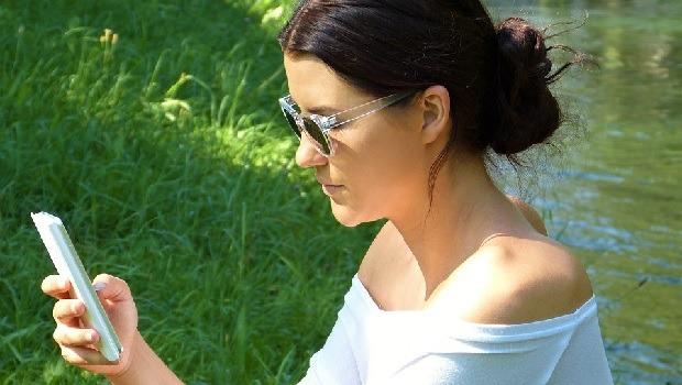 Donna che gioca col cellulare
