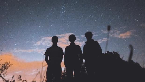 Tre persone fotografate insieme