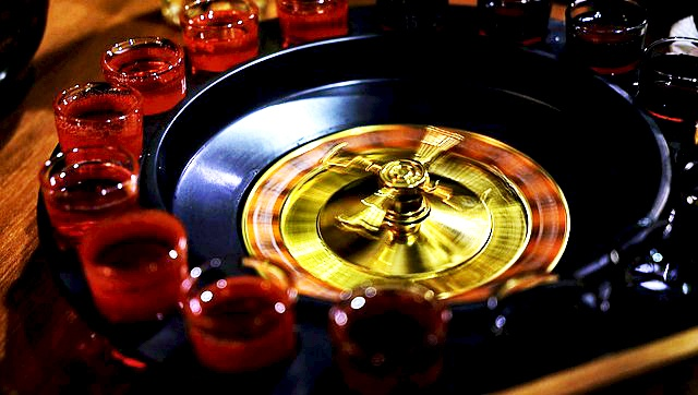Roulette mit gefüllten Schnapsgläsern