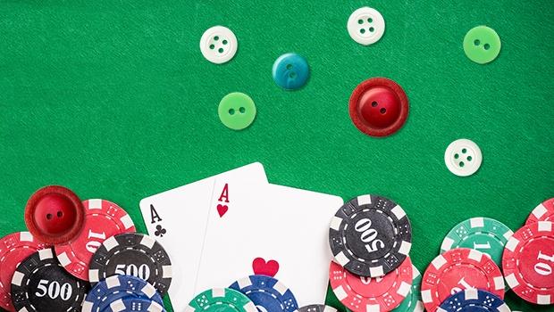 Knöpfe auf dem Pokertisch