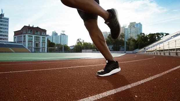 hombre corriendo en un campo de deportes