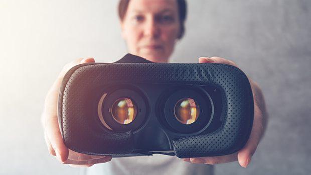Mujer con gafas VR en un casino