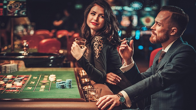 Zwei Gäste am Roulette-Tisch