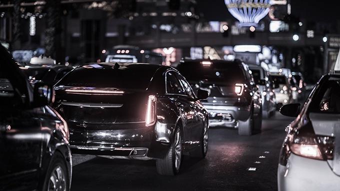 Befahrene Straße bei Nacht