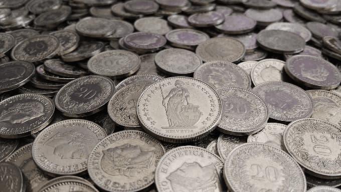 Münzen auf einem Tisch