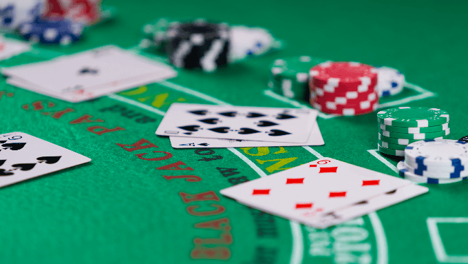 How do electronic blackjack tables work