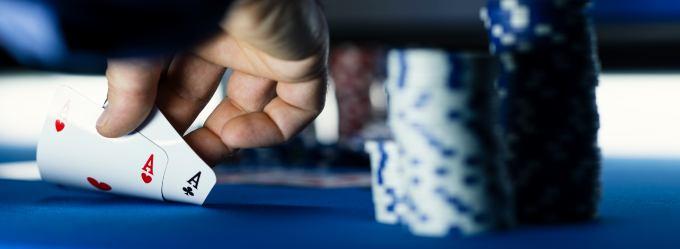 Zwei verdeckte Asse auf dem Pokertisch