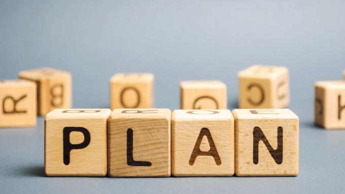 Holzwürfel mit Buchstaben zeigen das Wort Plan