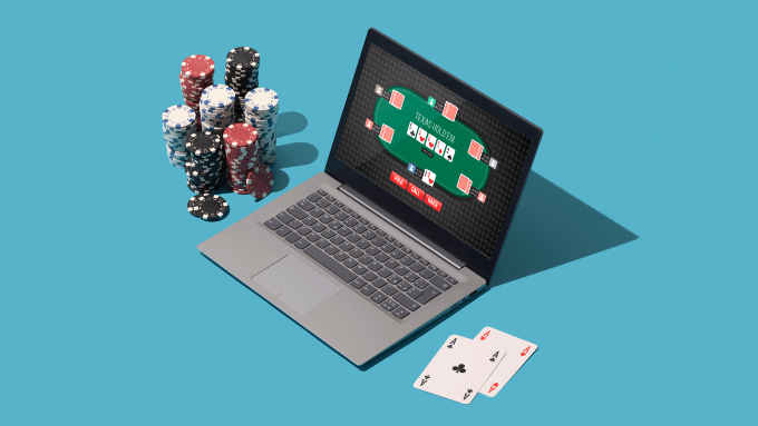 Laptop und Poker Chips