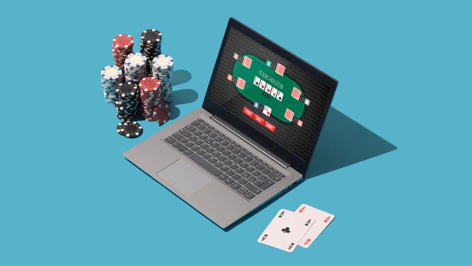 Laptop mit Poker Chips