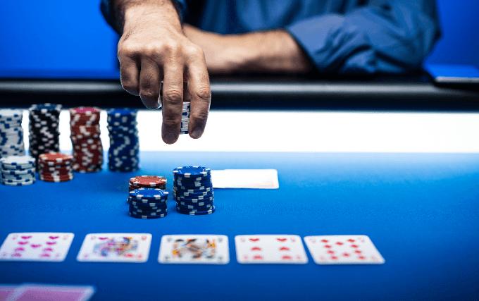 Mann setzt auf River im Poker